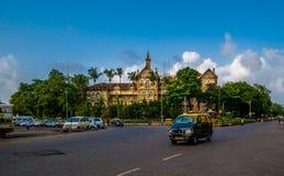 Mumbai taxi naprzeciw polici lokuje zdjęcie royalty free