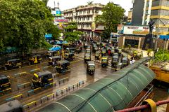 Mumbai Thane, Indien - Augusti 25 2018 Tuk tukrickshaw som väntar på den huvudsakliga fyrkanten i thanen, Indien en av de viktiga royaltyfri fotografi