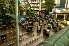 Mumbai Thane, Indien - Augusti 25 2018 Tuk tukrickshaw som väntar på den huvudsakliga fyrkanten i thanen, Indien en av de viktiga royaltyfria bilder