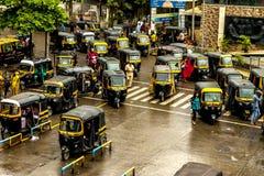 Mumbai Thane, Indien - Augusti 25 2018 Tuk tukrickshaw som väntar på den huvudsakliga fyrkanten i thanen, Indien en av de viktiga royaltyfria foton