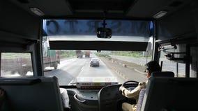 Mumbai uttryckligt väglopp med bussen, Maharashtra, Indien stock video