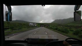 Mumbai uttryckligt väglopp med bussen, Maharashtra, Indien lager videofilmer