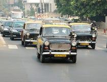 Mumbai-Verkehr mit einigen klassischen Botschafterfahrerhäusern, Indien Lizenzfreie Stockfotografie