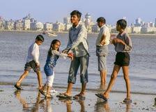 Mumbaifamilie bij het strand stock fotografie
