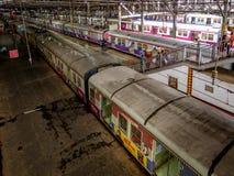 Mumbaispoorweg In de voorsteden, één van het bezigste forenzenspoorwegsysteem royalty-vrije stock foto