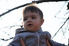 Mumen med barnet g?r p? gatan, l?r att g?, att studera v?rlden fotografering för bildbyråer