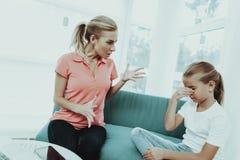 Mumen ropar på en dotter Familjen grälar begrepp arkivbilder