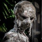 Mumifierat lik som slås in i en sliten down för förbinda Royaltyfria Bilder