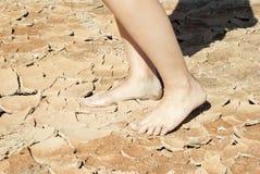 Mumiowata gorąca krakingowa glina pod nogami zdjęcia stock