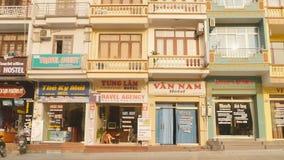 MUMMEL LÄNGE, VIETNAM - OKTOBER 13, 2016: Hotellkedja i en bostads- byggnad Landskap av gatan i vietnamesen