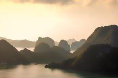 Mummel-lång fjärd på gryning, Vietnam Royaltyfri Foto