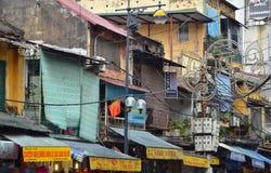 MUMMEL NOI, VIETNAM - marsch 01 2015: Hus och bottenvåningen av Hanoi Arkivbilder