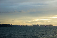 Mummel skäller länge solnedgången Royaltyfria Foton