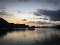 Mummel skäller länge soluppgång vietnam royaltyfria foton