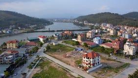 Mummel skäller länge staden och Port i solsken för den sena eftermiddagen, Vietnam Arkivfoton
