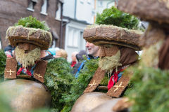 Mummers &#x28 för nytt år; Silvesterchlausen) i Urnasch Appenzell Arkivfoto
