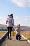 Mummia con la camminata del figlio sulla natura Immagine Stock