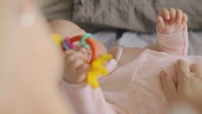 Mummia e bambino che giocano con il giocattolo stock footage