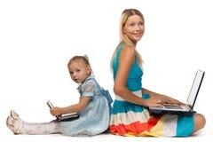 Mummia e figlia con il taccuino Fotografia Stock