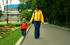 Mummia e figlio sulla camminata in sosta fotografie stock libere da diritti