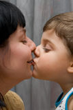 Mummia ed il bacio del figlio Fotografia Stock Libera da Diritti