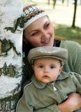 Mummia ed il bambino in un legno di betulla. Immagini Stock