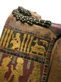 Mummia egiziana che pone vicino ai sarcofagi Fotografia Stock
