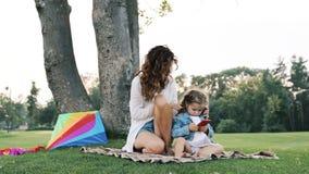 Mumspel met een kleine dochter stock videobeelden
