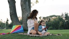 Mumspel met een kleine dochter stock video