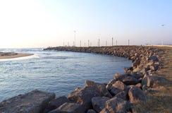 Mun av den Umgeni floden som är bekant som den blåa lagun Arkivbild