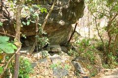 Mun av en vår, naturlig springbrunn, underjordisk kurs av vatten från den stora stenen i skogen på den Op Luang nationalparken so royaltyfri foto