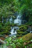 Mun Daeng Waterfall den härliga vattenfallet i regnig säsong för djup skog på den Phu Hin Rong Kla nationalparken, Phitsanulok, T Royaltyfri Bild