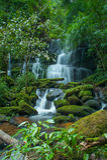 Mun Daeng Waterfall, der schöne Wasserfall in der tiefen Waldregenzeit an Nationalpark Phu Hin Rong Kla, Phitsanulok, Thailand Lizenzfreies Stockbild