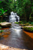 Mun Daeng Waterfall, im tiefen Wald an P Lizenzfreie Stockfotos