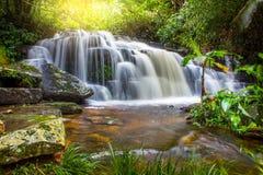 Mun Dang Waterfall en la estación verde fresca de la lluvia del bosque profundo en Tha Foto de archivo