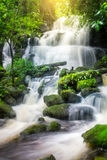 Mun Dang Waterfall en la estación verde fresca de la lluvia del bosque profundo en Tha Fotos de archivo