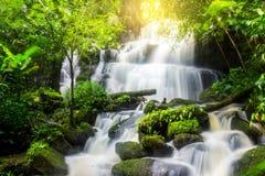 Mun Dang Waterfall en la estación verde fresca de la lluvia del bosque profundo en Tha Fotografía de archivo