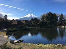 Mun fuji på oshinohakkaibyn i Japan Arkivfoton