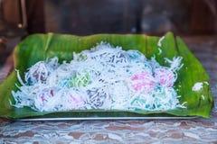 Munchkin tailandês Khanom Tom do coco, sobremesa fervida colorida tradicional da forma da bola Sobremesa favorita de Lord Ganesha fotos de stock