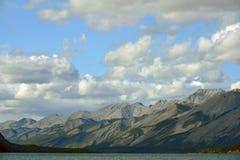 Muncho sjö och berg, British Columbia, Kanada Arkivbild