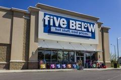 Muncie, ВНУТРИ - около август 2016: 5 под магазином розничной торговли 5 ниже цепь которая продает продукты которые стоят до $5 V стоковые фотографии rf