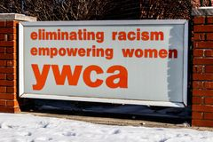 Muncie - около январь 2018: Логотип и signage местного YWCA - исключающ расизм, уполномочивая женщин Стоковое Изображение