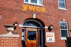 Muncie - около январь 2018: Логотип и signage местного YWCA - исключающ расизм, уполномочивая женщин Стоковые Изображения