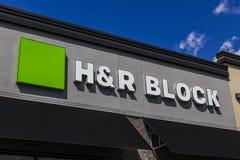Muncie - около сентябрь 2016: Положение подготовки налога розницы H&R Block Блок приводится в действие 12.000 положений II Стоковое Фото
