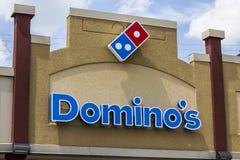 Muncie, BINNEN - Circa Augustus 2016: Restaurant Om mee te nemen I van Domino's Pizza stock foto's