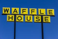Muncie - cerca do março de 2017: Signage e logotipo da casa do sul icónica do waffle da corrente de restaurante A casa do waffle  Imagens de Stock Royalty Free