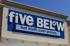 Muncie IN - Circa Augusti 2016: Fem nedanför detaljist Fem är under en kedja som säljer produkter den kostnad upp till $5 VII Arkivfoton