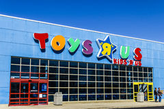 Muncie - Circa mars 2017: ` för leksak` R oss återförsäljnings- läge för remsagalleria ` För leksak` R oss är en barn` s Toy Reta Arkivfoto