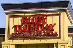 Muncie - Circa mars 2017: Ruby Tuesday Casual Restaurant Location Ruby Tuesday är berömd för dess salladstång II Royaltyfria Foton