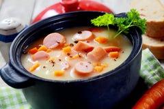Mund, der heißen sahnigen Suppen-Teller mit Wurst wässert Lizenzfreie Stockfotos